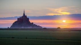 Opinión de Mont Saint-Michel en la luz de la salida del sol Normandía, septentrional Imagenes de archivo