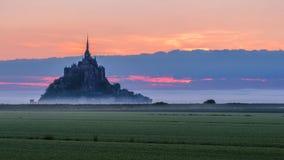 Opinión de Mont Saint-Michel en la luz de la salida del sol Normandía, septentrional Imagen de archivo