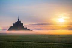 Opinión de Mont Saint-Michel en la luz de la salida del sol Normandía, septentrional Fotografía de archivo
