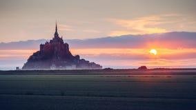 Opinión de Mont Saint-Michel en la luz de la salida del sol Normandía, septentrional Fotos de archivo libres de regalías
