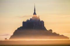 Opinión de Mont Saint-Michel en la luz de la salida del sol Normandía, septentrional Fotos de archivo
