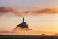Opinión de Mont Saint-Michel en la luz de la salida del sol Normandía, septentrional Imágenes de archivo libres de regalías