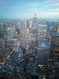 Opinión de New York City por noche foto de archivo