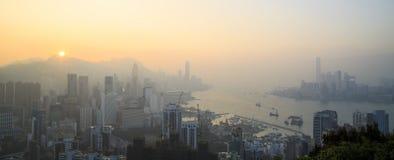 Opinión de niebla de la puesta del sol Hong Kong en el paseo de Sir Cecil, colina de Braemar, Hong Kong Imagenes de archivo