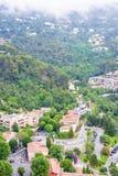 Opinión de niebla de la luz del día a Eze, pueblo de Azur del ` de Cote d con medieval ho imagen de archivo libre de regalías