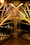 Opinión de Nigth del puente de los Dom LuÃs I, Oporto, Portugal Foto de archivo