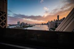 Opinión de Nueva York East River y de Manhattan Skyscrappers del Que Fotos de archivo