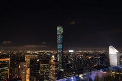 Opinión de NYC en la noche Foto de archivo