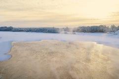 Opinión de ojo de pájaros de la puesta del sol del invierno del río en la niebla Imágenes de archivo libres de regalías