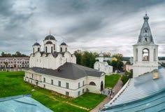 Opinión de ojo de pájaros de St Nicholas Cathedral y de St Procopius Church con el campanario, Veliky Novgorod, Rusia Foto de archivo libre de regalías