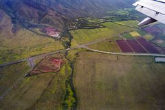 Opinión de ojo de pájaros del alto ángulo de los raods del envirament de las colinas de la montaña y fotos de archivo