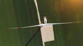 Opinión de ojo de pájaros sobre energía eólica, la turbina, el molino de viento, la producción energética en la salida del sol -  almacen de video