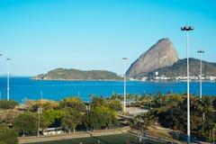 Opinión de pan de azúcar de la playa de Flamengo en Rio de Janeiro Foto de archivo