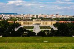 Opinión de Panoramatic sobre el palacio de Schonbrunn en Viena, Austria imágenes de archivo libres de regalías