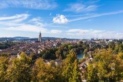 Opinión de Panrama de la ciudad vieja de Berna del top de la montaña Imagen de archivo