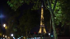 Opinión de París con los semáforos de la torre Eiffel y del centelleo en la noche, Francia metrajes