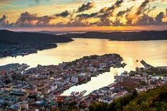 Opinión de Paranomic sobre el centro de ciudad de Bergen, Noruega en la puesta del sol del punto de vista de Floyfjellet del sopo imagen de archivo