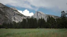 Opinión de parque nacional de Yosemite de la media bóveda almacen de metraje de vídeo