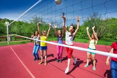 Opinión de partido de balonvolea con los adolescentes que juegan Fotografía de archivo