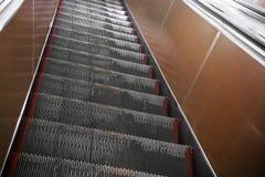 Opinión de perspectiva de la escalera móvil del subterráneo Foto de archivo
