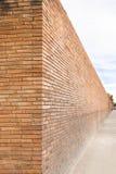 Opinión de perspectiva de una pared de ladrillo roja imagen de archivo