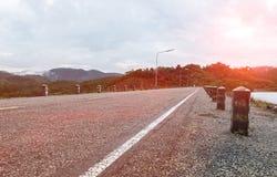 Opinión de perspectiva del camino vacío del campo con la línea blanca lista para el viaje del comienzo del viaje de la aventura a Foto de archivo libre de regalías