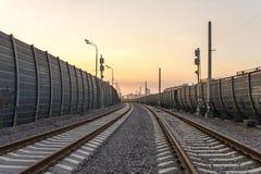 Opinión de perspectiva del ferrocarril en la ciudad Imagenes de archivo