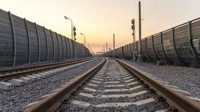 Opinión de perspectiva del ferrocarril en la ciudad Foto de archivo libre de regalías