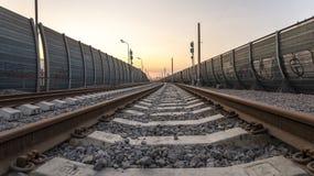 Opinión de perspectiva del ferrocarril en la ciudad Fotos de archivo libres de regalías