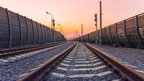 Opinión de perspectiva del ferrocarril en la ciudad Imágenes de archivo libres de regalías