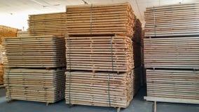 Opinión de perspectiva de tablones de madera ásperos naturales cuidadosamente doblados dentro del cuarto fotos de archivo libres de regalías