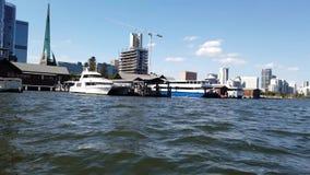 Opinión de Perth CBD del transbordador del río del cisne, Australia occidental almacen de metraje de vídeo