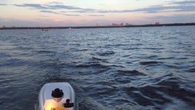 Opinión de pesca con cebo de cuchara con cebo de cuchara de la pesca de un barco de motor almacen de metraje de vídeo