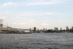 Opinión de puente de Brooklyn y horizonte de Manhattan Fondo imágenes de archivo libres de regalías