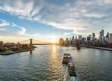 Opinión de puente de Brooklyn del puente de Manhattan en Nueva York con la nave Imagen de archivo libre de regalías