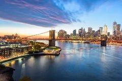 Opinión de puente de Brooklyn del puente de Manhattan en Nueva York en la noche Fotos de archivo libres de regalías