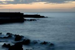 Opinión de Puerto de la Cruz en la bahía en el tiempo del ocaso imagen de archivo