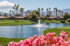 Opinión de relajación en Palm Springs, California del club de campo imagen de archivo libre de regalías
