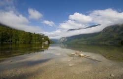 Opinión de Scienic del lago cristalino Bohinj imagen de archivo libre de regalías