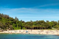 Opinión de Shelly Beach con la gente en un día caliente brillante, nuevo Wa del sur Fotografía de archivo libre de regalías