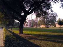 Opinión de Sikandra del exterior dentro del árbol Imagenes de archivo