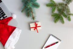 Opinión de sobremesa con los artículos de la Navidad y del negocio en gris Foto de archivo libre de regalías