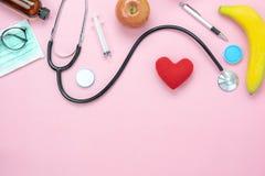 Opinión de sobremesa de la atención sanitaria de los accesorios y médico con concepto del fondo de día de San Valentín fotografía de archivo