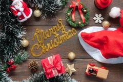 Opinión de sobremesa de la Feliz Navidad de las decoraciones y de los ornamentos de la imagen Imágenes de archivo libres de regalías
