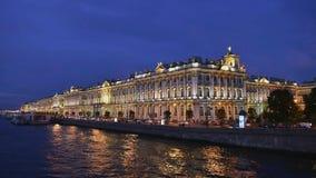 Opinión de St Petersburg del puente del palacio a la ermita almacen de video