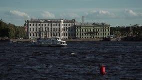 Opinión de St Petersburg sobre el río Neva almacen de video