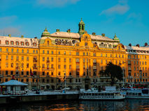 Opinión de Suecia - Estocolmo del invierno a Gamlastan del agua en la puesta del sol Foto de archivo