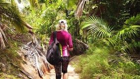 Opinión de tercera persona del paseo de la palmera de Coco de Mer almacen de metraje de vídeo