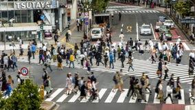 Opinión de Timelapse sobre un paso de peatones Shibuya Tokio de la muchedumbre Gente asi?tica almacen de metraje de vídeo