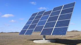 Opinión de Timelapse de un panel solar en el movimiento con los cielos azules 4K metrajes